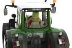Treckerheld 3D-Figur fahrend auf Siku Fendt Traktor hinten