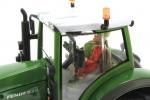 Treckerheld 3D-Figur fahrend auf Siku Fendt Traktor von der Seite