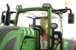 Treckerheld 3D-Figur fahrend auf Siku Fendt Traktor von unten