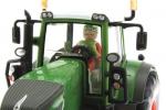 Treckerheld 3D-Figur fahrend auf Siku Fendt Traktor nah